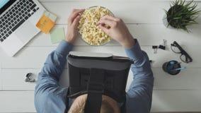 Équipez les films de observation utilisant le casque de VR et maïs éclaté de consommation banque de vidéos