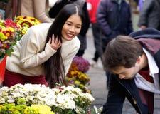 Équipez les fleurs de achat pour son amie au fleuriste Image libre de droits