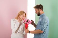 Équipez les fleurs donnantes gentilles belles à son amie Concept en ligne de système Téléphone d'utilisation d'homme pour acheter Images stock