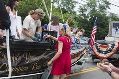 Équipez les huîtres de cosses sur un flotteur dans le Wellfleet 4ème du défilé de juillet dans Wellfleet, le Massachusetts Images stock