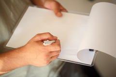 Équipez les mains avec l'écriture de stylo sur le papier dans la fin  Images libres de droits