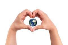 Équipez les mains sous forme de coeur avec le globe de planète de la terre à l'intérieur sur le fond blanc Image stock