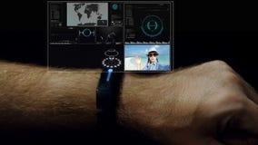 Équipez les mains utilisant la montre intelligente avec le futur hologramme de media HUD