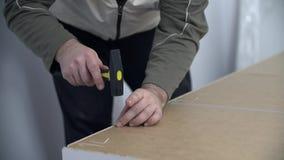Équipez les marteaux le clou et les passages le marteau à travers la garde-robe clips vidéos