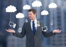 Équipez les nuages de choix ou décisifs accrochant la technologie avec les mains ouvertes de paume Photographie stock libre de droits