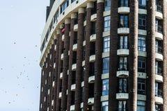 Équipez les papiers de lancement de son balcon pour encourager le protestataire Photos libres de droits