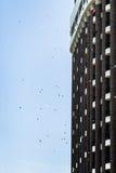 Équipez les papiers de lancement de son balcon pour encourager le protestataire Photographie stock libre de droits