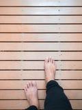 Équipez les pieds du ` s marchant sur le chemin de conseil en bois Photo libre de droits