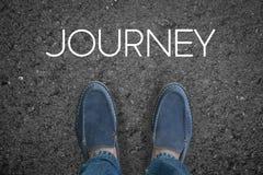 Équipez les pieds sur la route goudronnée avec le voyage de début Photos libres de droits