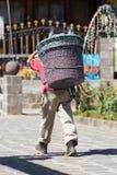 équipez les récipients en plastique de transport sur son dos au Guatemala Image stock