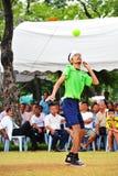 Équipez les têtes la boule dans le jeu du volleyball de coup-de-pied, takraw de sepak photographie stock