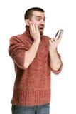 Équipez lire avec émotion des sms de MMS à votre téléphone portable images libres de droits