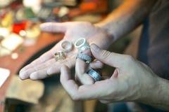 Équipez manipuler les anneaux faits main à l'atelier de bijoux photo libre de droits