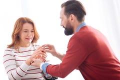 Équipez mettre un anneau sur son futur doigt de wifes Photo stock