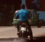 Équipez monter un vélo attendant dans des feux de signalisation au Bangladesh Photo libre de droits