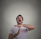 Équipez montrer le geste de main de temps, cris frustrants à arrêter Photographie stock