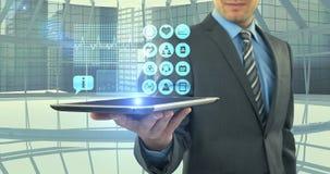 Équipez montrer les icônes médicales digitalement produites sur le comprimé banque de vidéos