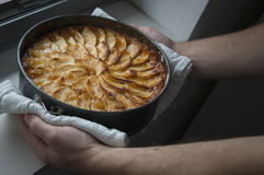 Équipez montrer son gâteau aux pommes fait maison avec fier Photos stock
