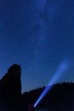Équipez observer le beau, large ciel nocturne bleu avec des étoiles Image libre de droits