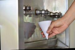 Équipez obtenir une boisson froide et régénératrice du refroidisseur d'eau Photo stock