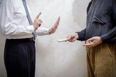 Équipez offrir un paiement illicite de Hryvnia à un homme le refusant Photo stock