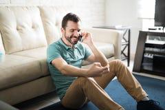 Équipez parler au téléphone avec son amie Photos stock