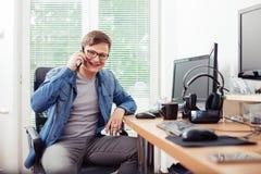 Équipez parler au téléphone portable dans le bureau images stock
