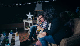 Équipez parler avec l'ami féminin tenant la bière dans a Image stock