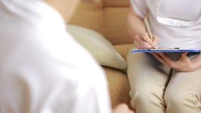 Équipez parler avec son thérapeute à la session de thérapie clips vidéos