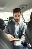 Équipez payer le taxi avec la carte de crédit Technologie de Nfc photographie stock libre de droits