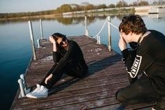Équipez photographier son amie sur le pilier un jour ensoleillé d'été Concept d'amour Images stock