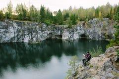 Équipez photographier une belle vue de la falaise Images stock