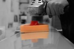 Équipez polir un panneau en métal avec un amortisseur électrique Images libres de droits