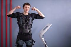 Équipez près de la machine de SME, stimulation de muscle, montrant le biceps Image libre de droits