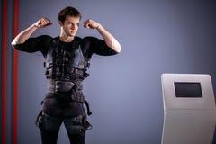 Équipez près de la machine de SME, stimulation de muscle, montrant le biceps Images libres de droits
