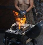 Équipez préparer un feu avec du charbon pour le barbecue Photo stock