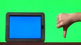 Équipez présenter le comprimé numérique avec un écran bleu et faire des gestes clips vidéos
