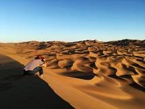Équipez prendre des photos des dunes de sable dans le désert Photo stock