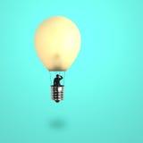 Équipez prendre le ballon de lampe à lueur regardant l'endroit éloigné Photo stock