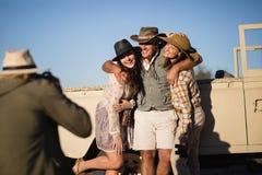 Équipez prendre une photo de ses amis pendant des vacances de safari Photographie stock libre de droits