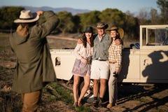 Équipez prendre une photo de ses amis pendant des vacances de safari Images libres de droits