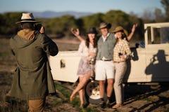 Équipez prendre une photo de ses amis pendant des vacances de safari Photo stock