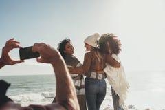 Équipez prendre une photo des amis sur le voyage par la route Photo libre de droits