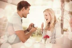Équipez proposer le mariage à son amie blonde choquée Photographie stock libre de droits