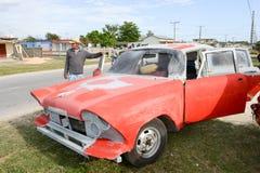 Équipez réparer sa voiture de vintage sur les rues de Giron Photo stock
