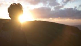 Équipez regarder dans le coucher du soleil banque de vidéos
