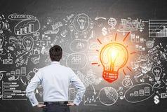 Équipez regarder l'ampoule de lumière rouge avec des icônes d'affaires Image libre de droits