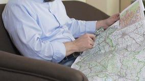 Équipez regarder la carte par la loupe et prévoir son voyage d'été, voyage banque de vidéos