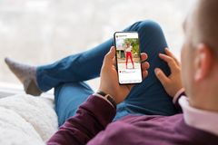 Équipez regarder la photo partageant l'APP au téléphone portable photo stock