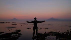Équipez regarder le volcan de éruption Calbuco dans Frutillar, Chili image stock